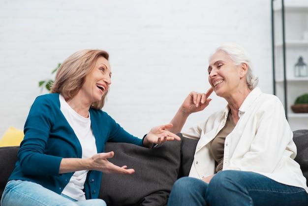 Aanbiddelijke vrouwen die samen lachen