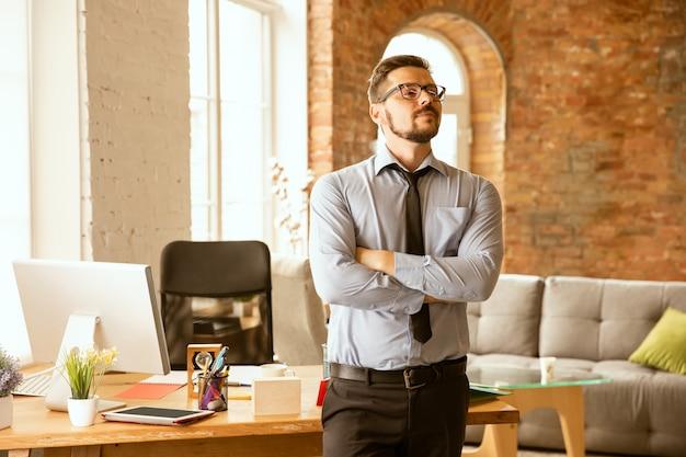 Aanbiedingen. een jonge zakenman die op kantoor werkt