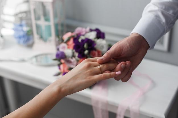 Aanbod van hand en hart. een man geeft een hand aan een vrouw. huwelijksaanzoek. de bruidegom geeft hand aan de bruid. romantisch moment van dichtbij. romantische date