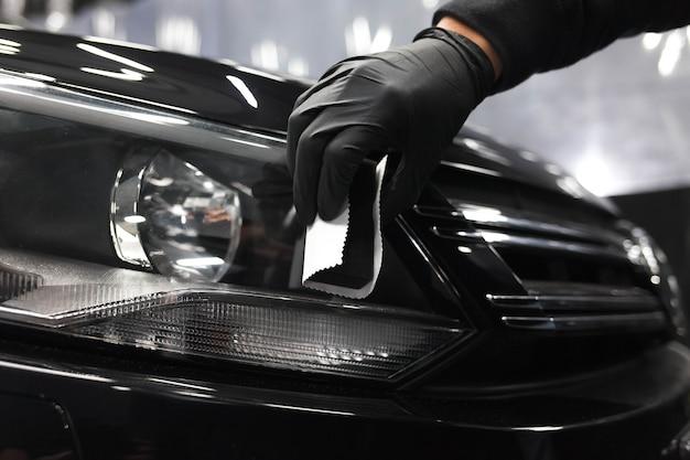 Aanbrengen van beschermende nanokeramiek op koplampen van auto's