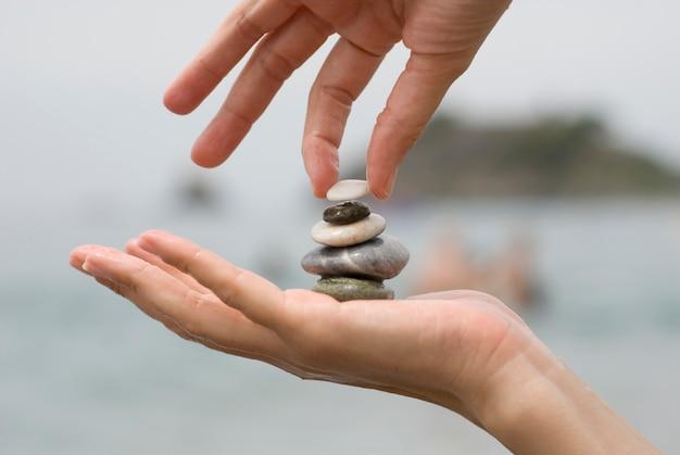 Aanbrengen van de laatste kiezelsteen op een stapel stenen