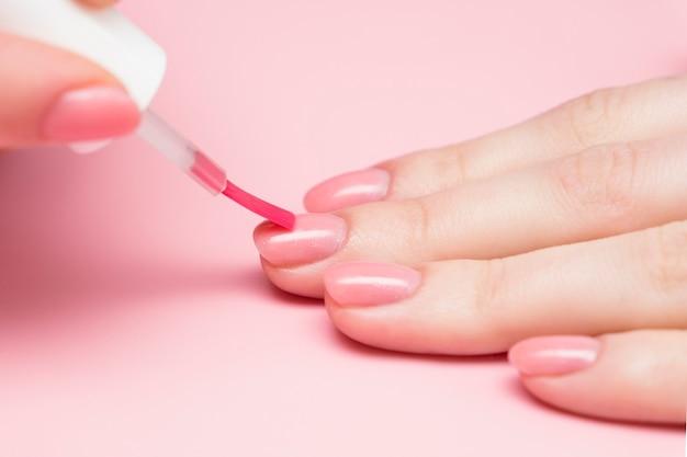 Aanbrengen van vernis op de nagels van vrouwelijke handen