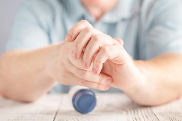 Aanbrengen van vochtinbrengende crème op handen, droge huid op wit. dermatologie, koud weer huidverzorging concept