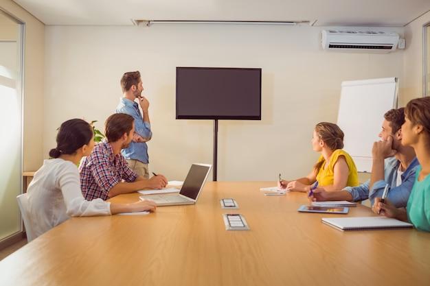 Aandachtig commercieel team na een presentatie