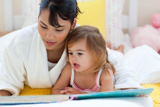 Aandachtige moederlezing met haar meisje