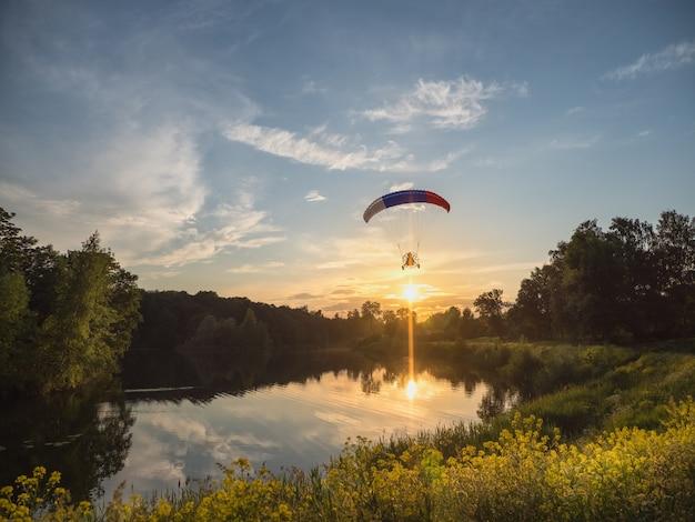 Aangedreven parachute in de avond tegen de blauwe hemel
