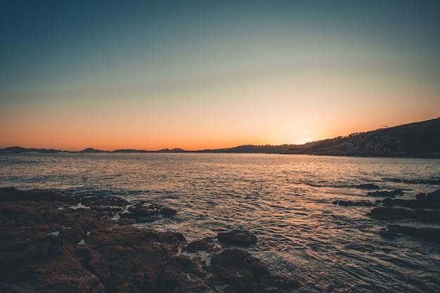 Aangelegde foto van de eilanden en de zee