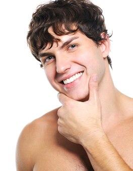 Aangenaam gezicht van een gelukkige jonge man met een schone huid voor de gezondheid