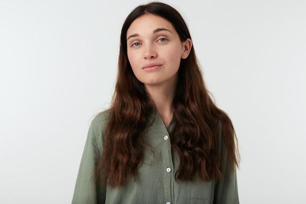 Aangenaam uitziende jonge bruinharige vrouw met natuurlijke make-up