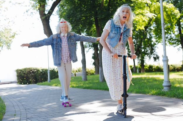 Aangename activiteiten. blije ouderen die plezier hebben terwijl ze tijd doorbrengen in het park