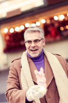 Aangename emoties. opgetogen mannelijke persoon die positiviteit uitdrukt tijdens de wintervakantie