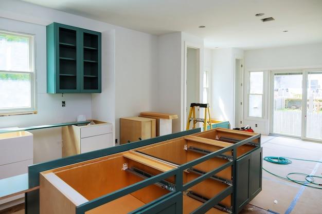 Aangepaste keukenkasten in verschillende installatiestanden voor het eiland in het midden