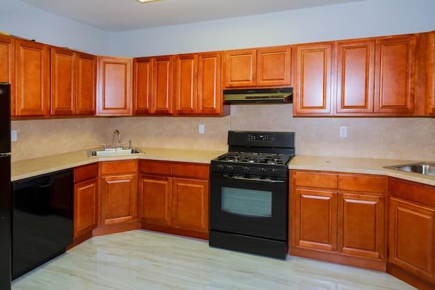 Aangepaste keukenkasten in verschillende stadia van installatiebasis voor keukenkasten