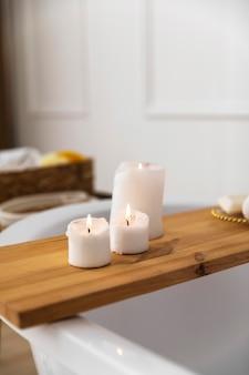 Aangestoken kaarsen in de badkamer