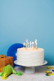 Aangestoken kaarsen op verjaardagstaart