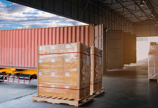 Aanhangwagen vrachtvrachtwagen geparkeerd laden bij dok van magazijn