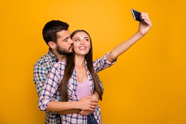 Aanhankelijk gepassioneerde echtgenoten vrouw maken selfie slimme telefoon