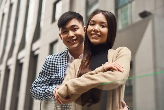 Aanhankelijk koreaans huwelijksreispaar lovestory.