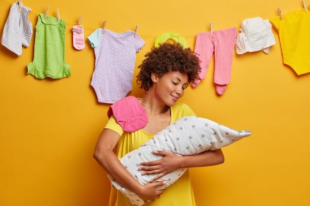 Aanhankelijk moeder omhelst slapende baby gewikkeld in een deken, drukt liefde en zorg uit voor baby, zorgt voor pasgeboren, wordt gelukkig moeder, praat met haar dochtertje, houdt klein kind in armen Gratis Foto