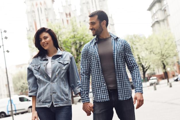 Aanhankelijk paar liefhebbers lopen door stadsstraten.