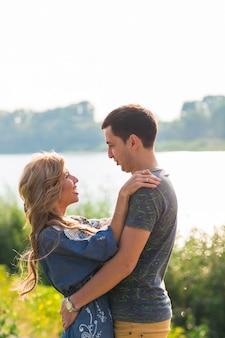 Aanhankelijk paar, portret van jonge gelukkige man en vrouw, liefde in de stad.