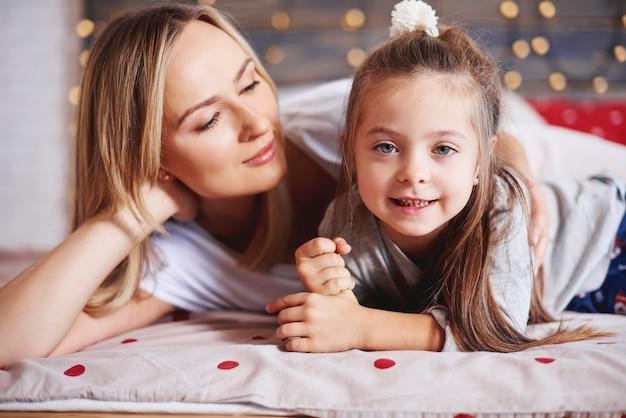 Aanhankelijke moeder die haar dochter omhelst