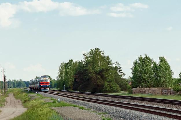 Aankomst van de trein tegen de natuur in
