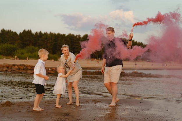 Aankondiging geslacht onthullen op het strand liefdevolle familie verwacht babymeisje gelukkige momenten