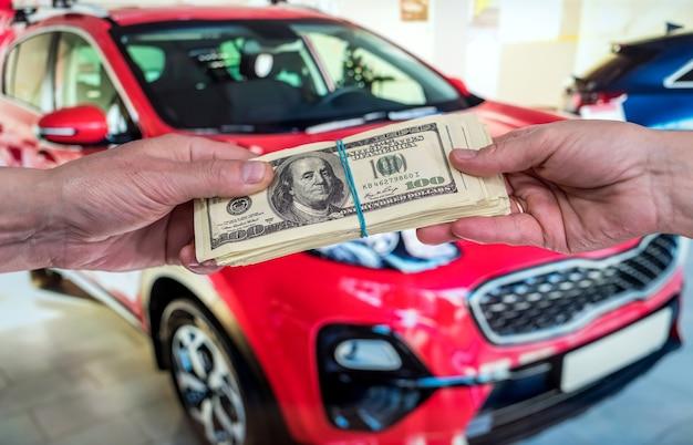 Aankoop nieuw acr-concept. man met dollar te huur auto. financiën