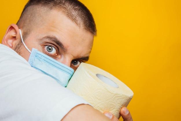 Aankoop toiletpapier door kronavirus concept. persoonlijke hygiëne en het stoppen van de verspreiding van het virus. reinheid, hygiëne, steriliteit. kopieer ruimte.