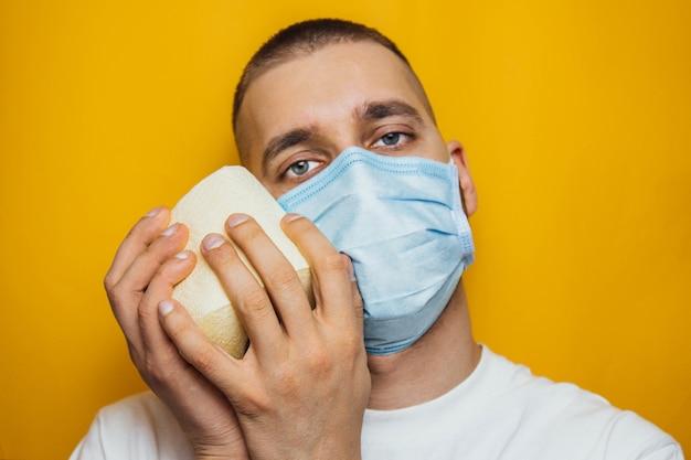Aankoop wc-papier door coronavirusconcept. persoonlijke hygiëne en het stoppen van de verspreiding van het virus. reinheid, hygiëne, steriliteit. kopieer ruimte.