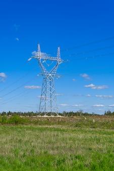 Aanleg van nieuwe hoogspanningslijnen in het bos. nieuwe mast van een hoogspanningslijn. installatie van een hoogspanningslijn.
