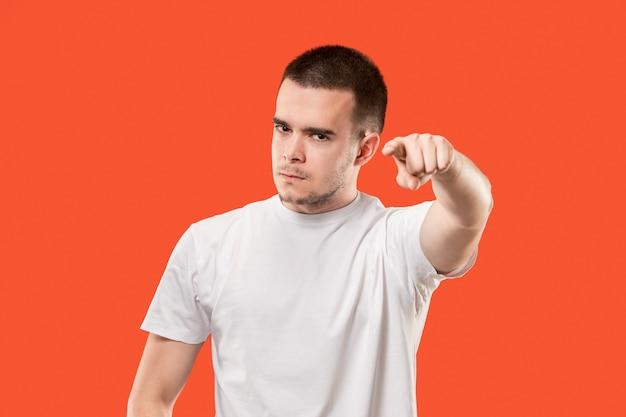 Aanmatigende zakenman wijs je, wil je, close-up portret van halve lengte op oranje studio achtergrond.