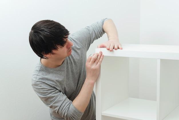 Aannemer reparateur montage van nieuw meubilair in modern appartement.