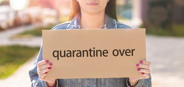 Aanplakbiljet van de houder met de inscriptie quarantaine over
