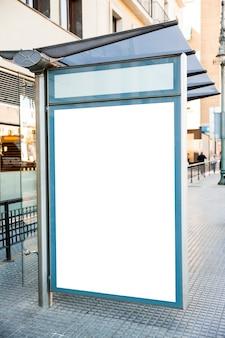 Aanplakbord bij bushalte in stad