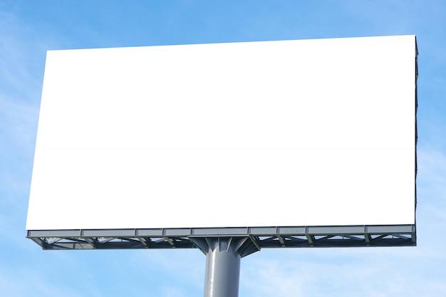 Aanplakbord groot leeg aanplakbord met het lege scherm en mooie bewolkte hemel voor openlucht reclameaffiche, copyspace