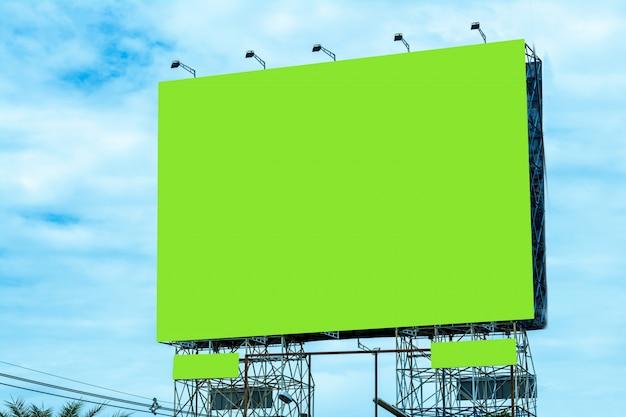 Aanplakbord lege en blauwe hemel, exemplaarruimte op het groene scherm