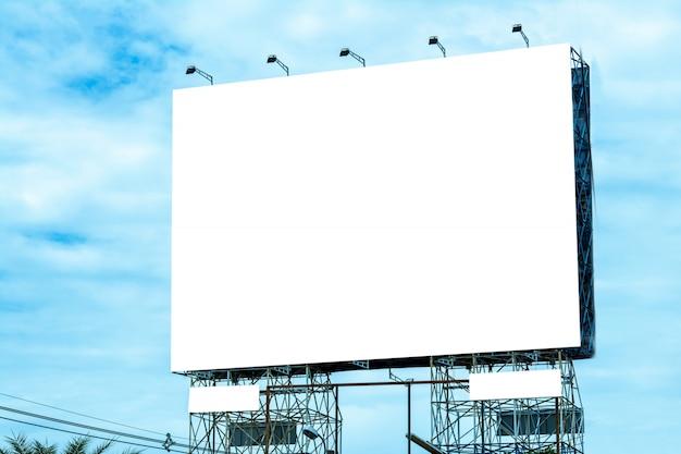 Aanplakbord lege en blauwe hemel, exemplaarruimte op het witte scherm