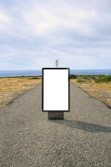 Aanplakbord op de weg naar een vuurtoren. leeg reclamebordmodel in de straat