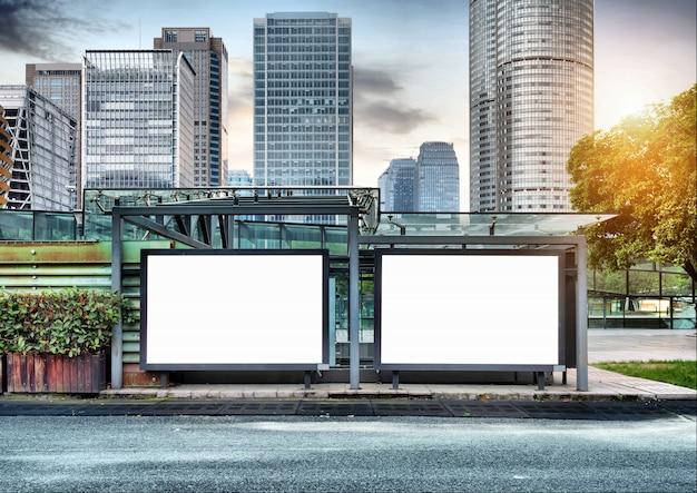 Aanplakborden langs de weg
