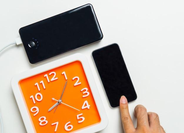 Aanraken van slimme telefoon verbonden met power bank