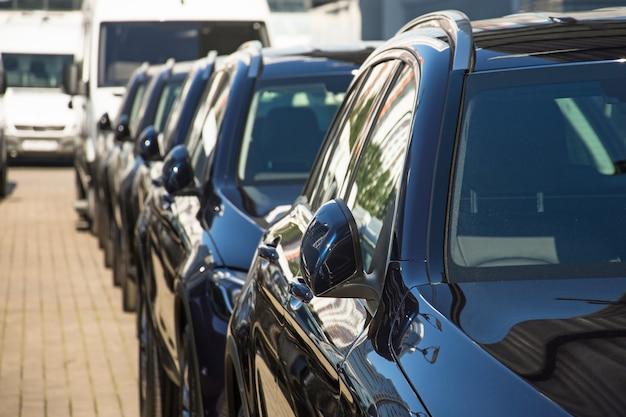 Aantal auto's met ingeklapte achteruitkijkspiegels.