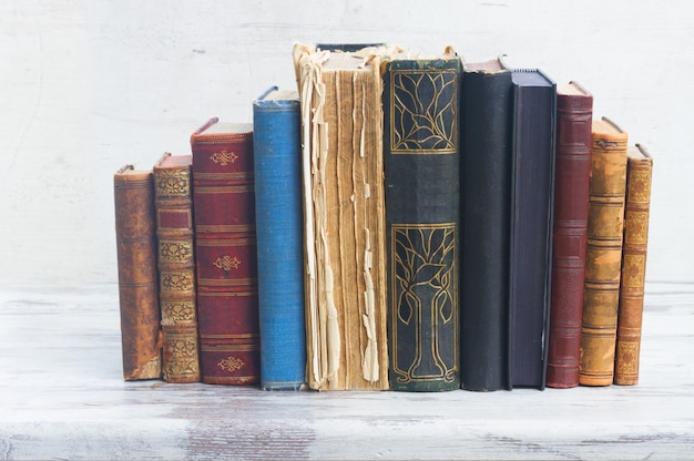 Aantal boeken op wit houten bureaublad