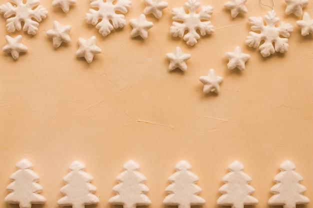 Aantal decoratieve kerst sneeuwvlokken, sterren en dennen