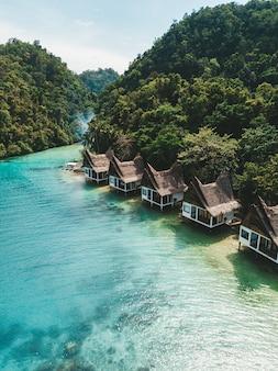 Aantal huisjes op de oceaan onder de blauwe hemel