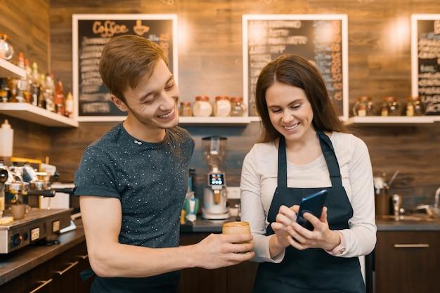 Aantal jonge mannelijke en vrouwelijke coffeeshophouders