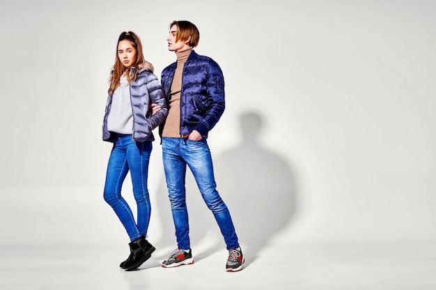 Aantal jonge mensen in de winterkleren het stellen. herfst- en winterkleding