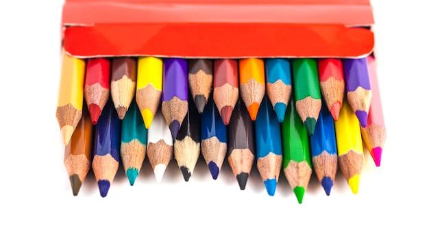 Aantal kleurpotloden in een doos geïsoleerd op een witte achtergrond.