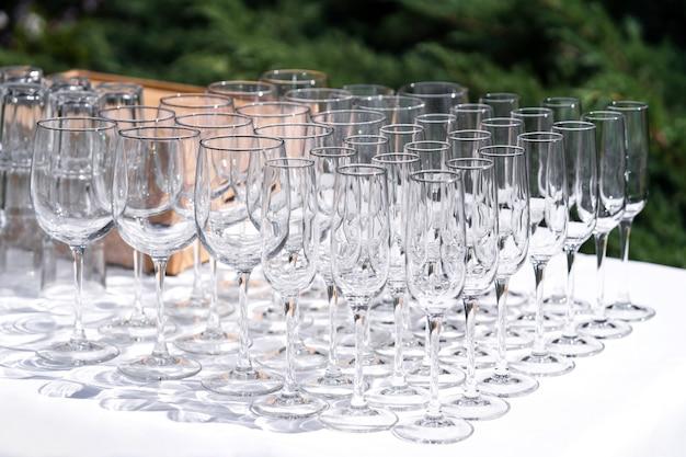 Aantal lege lege wijnglazen weergegeven in rijen. voorbereiding op de vakantie.